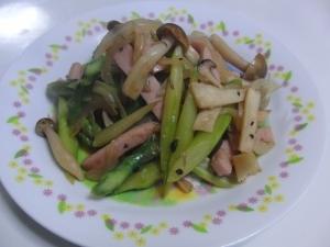 アスパラと魚肉ソーセージの炒め物