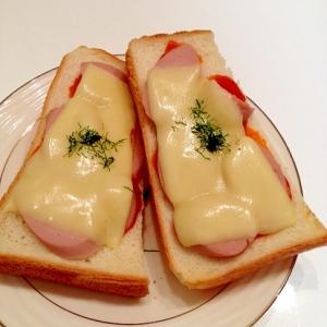魚肉ソーセージを閉じ込めたチーズピザトースト