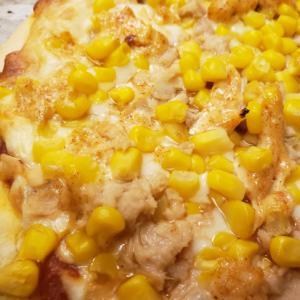 ツナとコーンとスパイシーガーリックマヨネーズのピザ