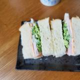 チーズ&ハム&ブロッコリーのサンドイッチ