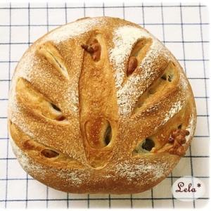 グリーンオリーブとチーズのパン @ ホシノ天然酵母