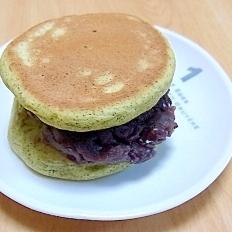 抹茶パンケーキ小豆サンド