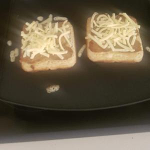 ソーセージとチーズ乗せクランペット