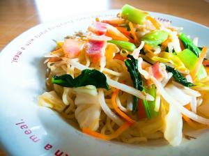 ベーコン小松菜もやしキャベツ人参の塩焼きそば