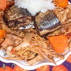 和風なイタリアンな?秋刀魚とキノコのトマト焼きそば