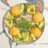 レタス 、ロースハム、柿、アボガドのサラダ