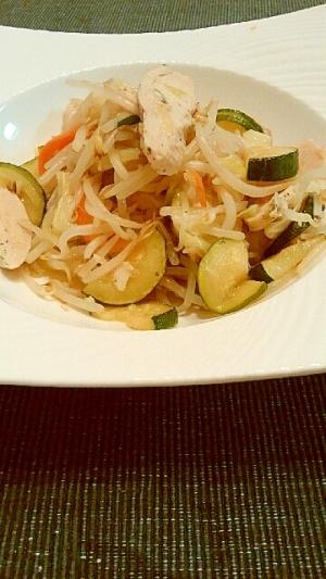 サラダチキンを使ってズッキーニの野菜炒め