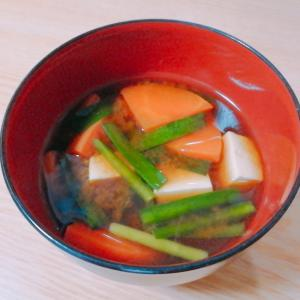 豆腐と人参とニラの味噌汁