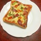 ピーマンとスモークベーコンのピザトースト。