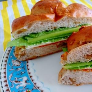 くるみパンでコチュジャン味の旨辛サンドイッチ