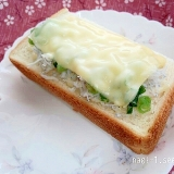 簡単☆釜揚げしらすとネギとチーズの厚切りトースト