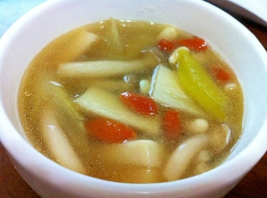 体の芯から暖まる☆キノコと鶏肉の薬膳スープ