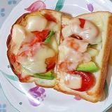 具沢山で美味しい♪トマトとかにかまピザトースト