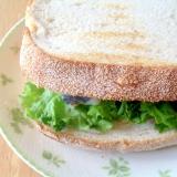 ニシンの酢漬けとレタスとチーズのサンドイッチ
