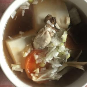 牡蠣、大根、にんじん、絹豆腐、ネギ、舞茸の鍋