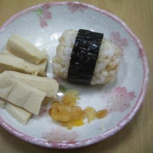 玄米おにぎり、高野豆腐の添え物