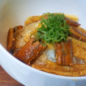 錦糸卵と一口鰻の青じそ香る丼