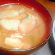 ジャガイモと油揚げの味噌汁