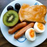 果物とウインナーと半熟卵とパンのワンプレート