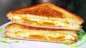 フライパンでパンも目玉焼きも焼くホットサンドイッチ