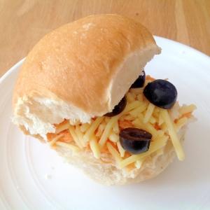 ニンジンとチーズとブラックオリーブのサンドイッチ