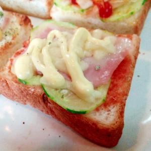 胡瓜とベーコンとチーズのミニトースト