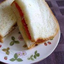 オイルサーディンとトマトのサンドウィッチ