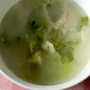 豚肩ロース、キャベツ、セロリ葉、生クリームのスープ