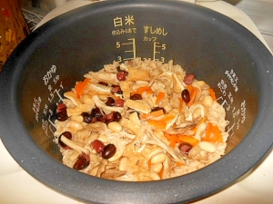 ★蒸し大豆と舞茸・人参・油揚げの炊込みご飯☆