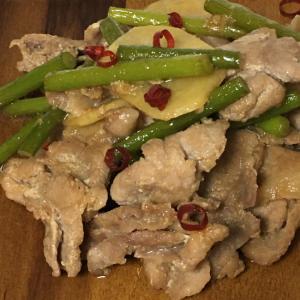 じゃがいも、ニンニクの芽、豚こまの塩麹炒め
