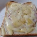 粗挽きコショウのチーズトースト