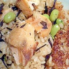 余った煮汁で 鮭と枝豆・ひじきの炊き込みご飯