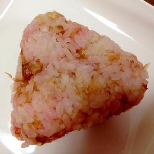 彩りかわいい☆桜でんぶとかつお節のおにぎり