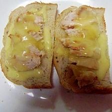 黒コショウパンのせトースト