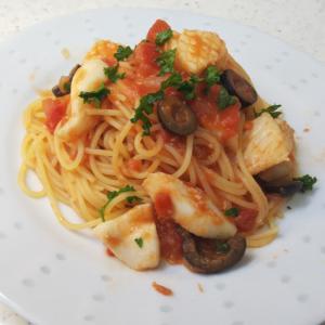 イカとブラックオリーブのトマトスパゲッティ