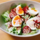 カリカリベーコンと卵とレタスのシーザーサラダ