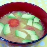 アボカドとミニトマトの味噌汁
