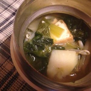 厚揚げとじゃがいもとわかめともやしの味噌汁。