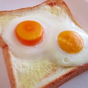 冷凍卵で☆目玉がふたつの目玉焼きトースト♪