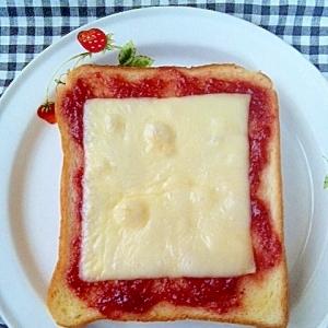 いちごチーズトースト