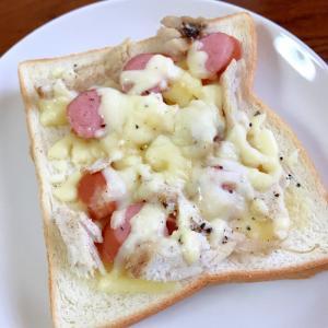 ウィンナーと鶏ハムのチーズトースト