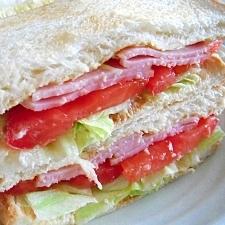 野菜たっぷり!ハム×レタス×トマトのサンドイッチ♪