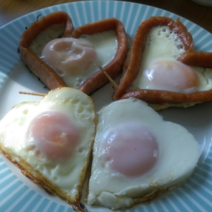 かわいい朝食!ハート型目玉焼き