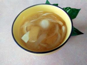 お家味噌汁♩里芋、揚げ、玉葱、煮干し粉入りで♡