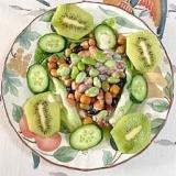 蒸しまめに、枝豆、胡瓜、キウイのサラダ