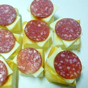 簡単♪おつまみ♪ひとくちトーストのチーズサラミのせ