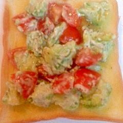 トマトとアボカドのせガーリックトースト
