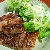 牛肉ステーキにカイワレサラダをのせて