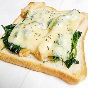 残った鶏ハムとほうれん草のソテーで チーズトースト