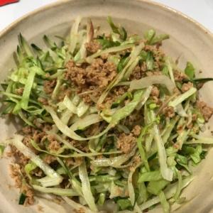 千切り野菜とそぼろのサラダ